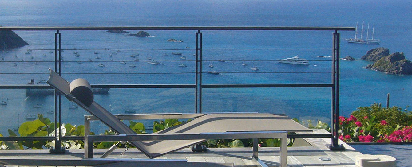 Aluminium balustrades with cables and glazing