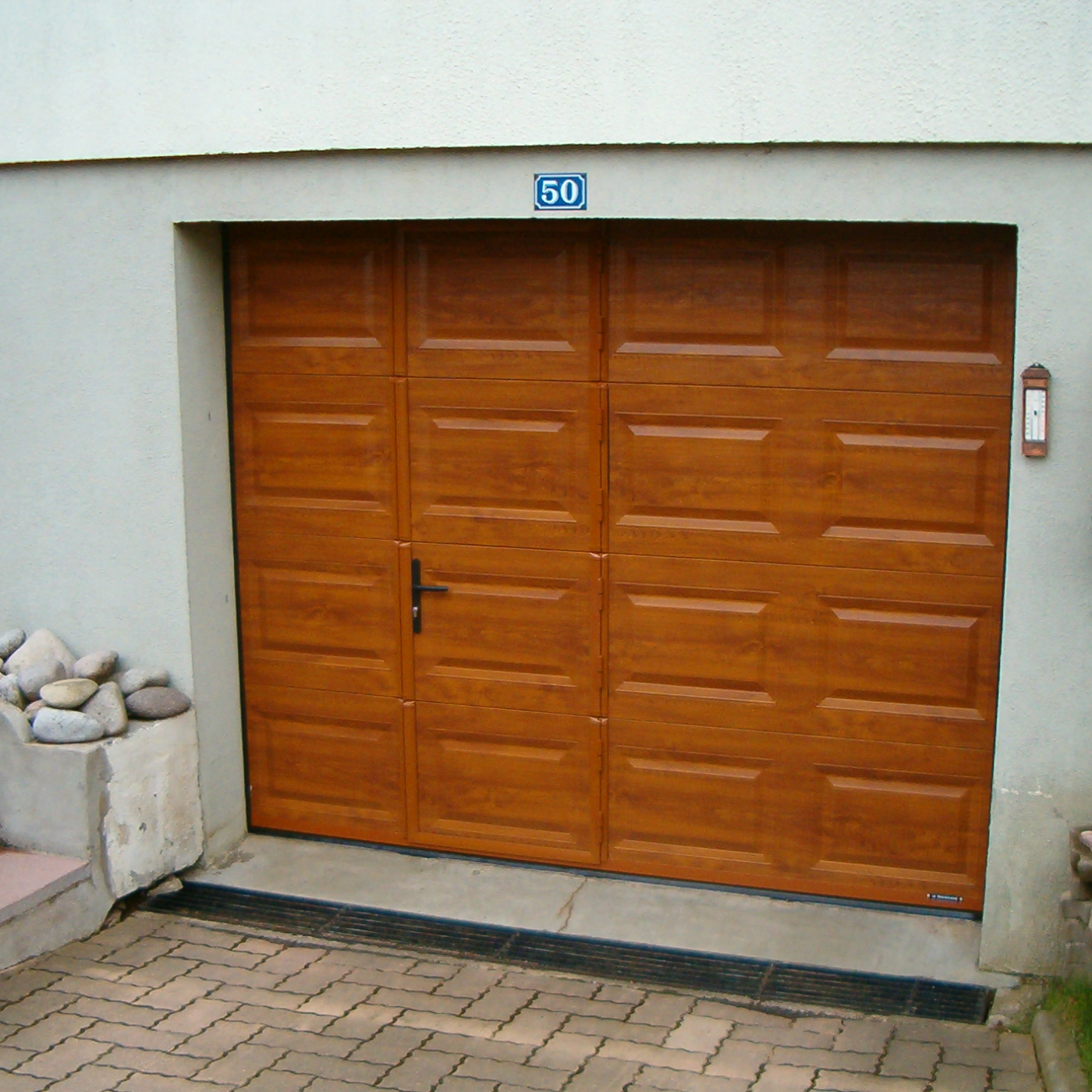 Porte de garage sectionnelle avec portillon la toulousaine for Porte de garage sectionnelle avec portillon sur mesure